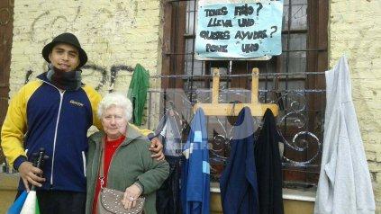 Nicolás y su abuela Ruth, gestores del perchero social de barrio Roma