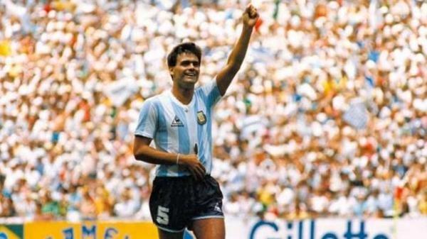 José Luis Brown defendiendo los colores de la Selección.