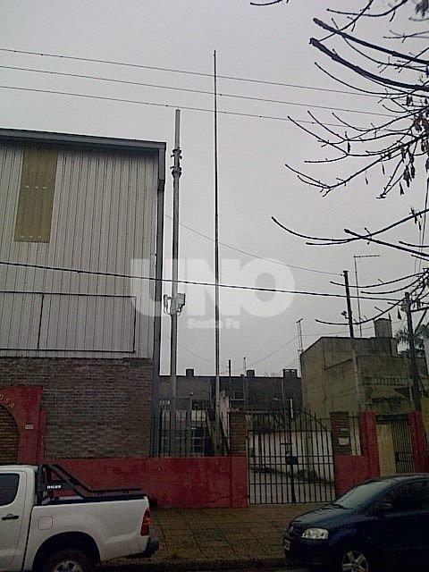 Polémica. La antena ubicada sobre el Club Santa Rosa todavía no funciona pero genera inquietud en los pobladores.