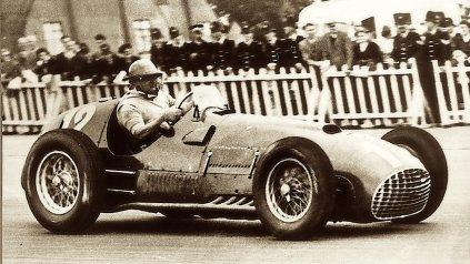 El 14 de julio de 1951, José Froilán González, con una 375 de 4,5 litros y motor V12, le dio a Ferrari el primer triunfo en la Fórmula 1 en el GP de Inglaterra, en Silverstone.