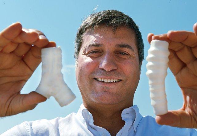 <p>El cirujano italiano Paolo Macchiarini posa con tráqueas sintéticas que usaba en sus trasplantes.</p><p> </p><p></p>