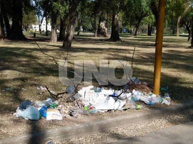 """Por todos lados. Basura y ramas se acumulan en distintos sectores. También piden que los vecinos tomen consciencia y no arrojen desperdicios en el espacio verde que """"es de todos""""."""