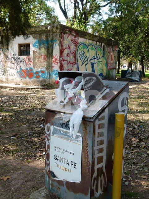 """Desidia. Los tachos para la basura son viejos, están rotos y ya no soportan la basura. Por varios días quedan con los desperdicios acumulados y al no tener fondo, se caen y desparraman. """"Son ejemplos del abandono y la desidia por parte del Estado"""", dijo el vecino."""