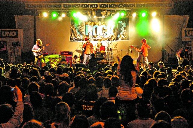 Carneviva. Cerrará el Primavera Rock. En 2007, más de 40.000 personas disfrutaron del regreso de la banda en el mismo escenario.
