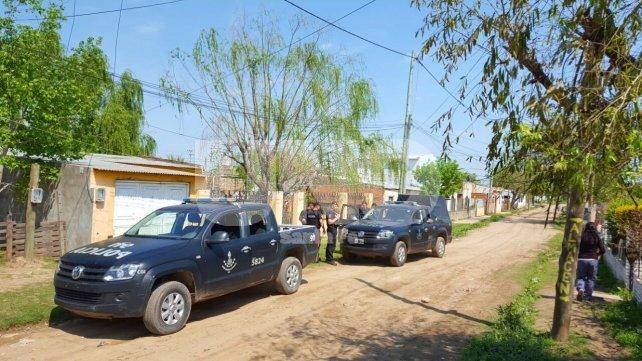 Patrullaje. Inmediatamente de conocido el ataque, policías de Infantería de la UR I La Capital buscaron al asesino.