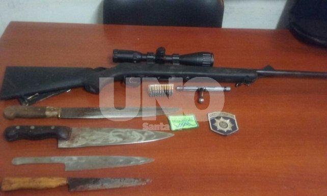 Secuestrado. El fusil –sin papeles–, balas y armas blancas que fueron usadas en el faenamiento clandestino.