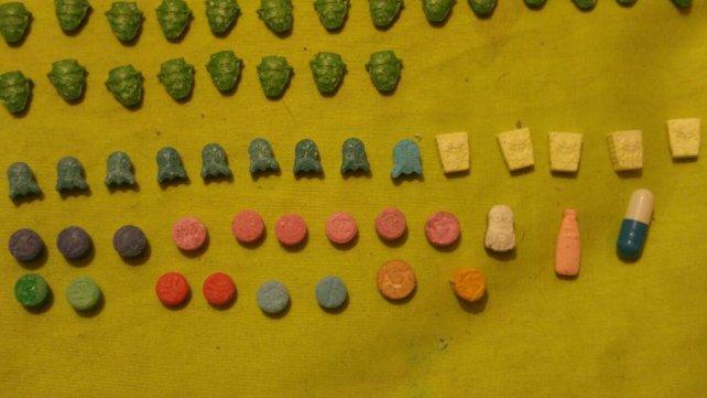 <div>Las pastillas de todos colores y logos en la casa de uno de los detenidos.<div><br></div></div><div></div>