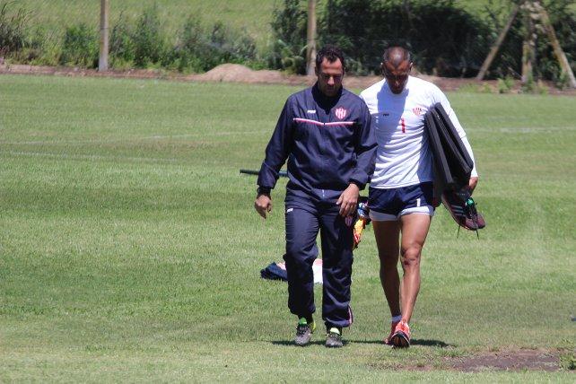 Mano a mano. Después de la práctica, Pumpido charló con el capitán Nereo Fernández; anteriormente lo hizo con Emanuel Britez.