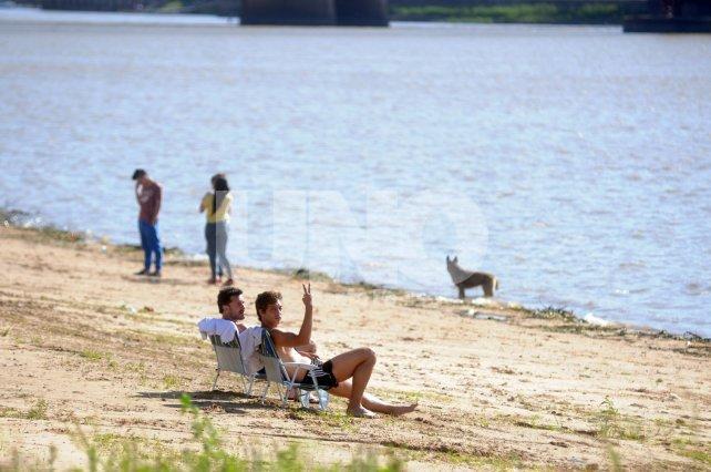 Adelantados. Algunos santafesinos disfrutan de la playa, a pesar de no haber comenzado la temporada.