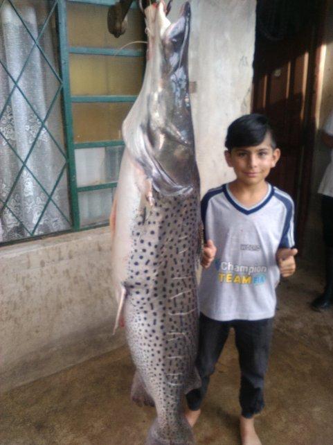 El hijo de Luis Taborda, Néstor comparte la alegría de haber capturado un gran surubí
