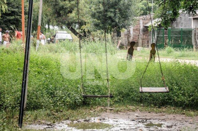 Deterioro. En cada lluvia la plaza Larrechea permanece semanas rodeada de agua estancada.