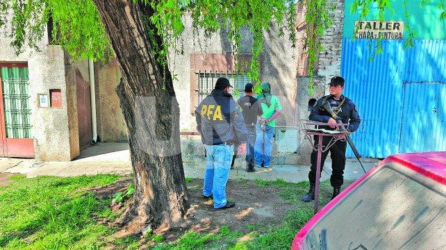 Atrapados. Uno de los detenidos, al momento de ser identificado. En ese procedimiento surgió que uno de ellos era un suboficial en actividad de la Policía de Santa Fe.