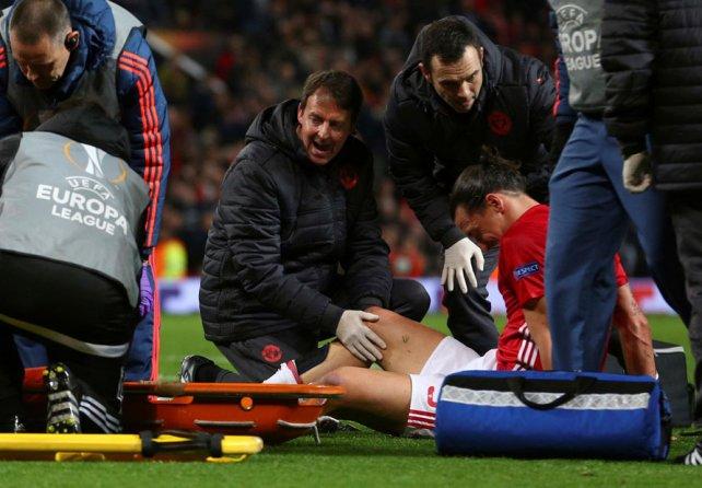 Derrumbado. Zlatan casi que sabía que se había lesionado muy feo.