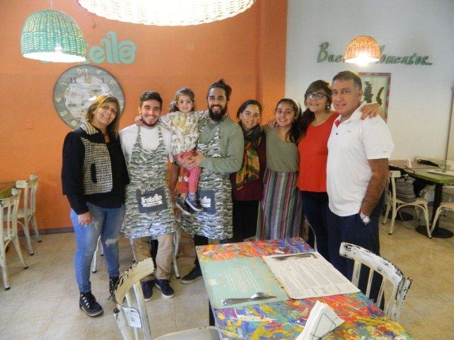 <b>Su apoyo.</b> Su familia: Alicia (mamá), Jorge (papá), Emmanuel, Luz y Sol, sus hermanos (falta Betania); Luisina, su esposa y Juana, su hija de tres años. En pocos meses, nacerá su hijo varón, León.