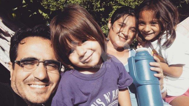 Felicitas junto a su hermana Anita, su mamá Patricia y su papá Marcelo.