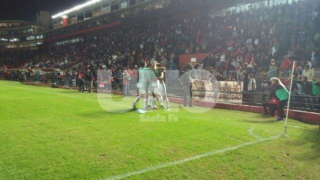 El festejo de los jugadores de Colón tras el gol de Leguizamón a los 37' del primer tiempo.