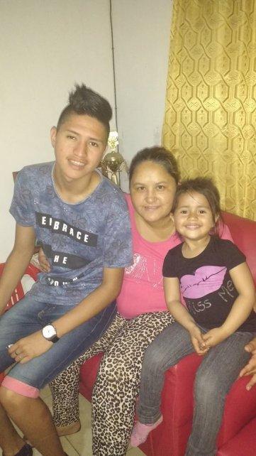 <b>La familia.</b> Tomás con su mamá Ivana y su hermana Isabella.