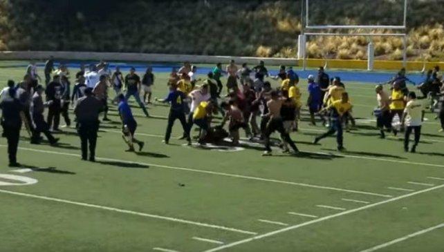 Fanáticos de Pumas y América se agarran a golpes