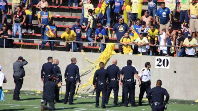 Barras arman zafarrancho en duelo de leyendas entre América y Pumas
