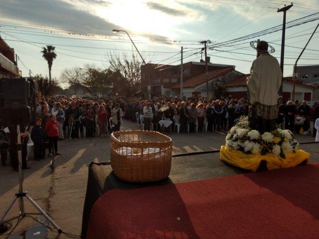 <b>Misa.</b> Cómodos y tranquilos, ante la imagen del santo, los fieles participaron de la celebración.