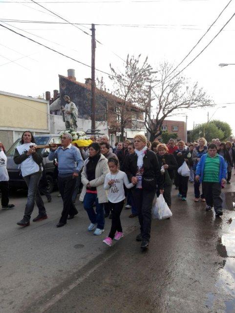 <b>Procesión.</b> Por las calles de Guadalupe Oeste, el santo fue escoltado por sus seguidores.