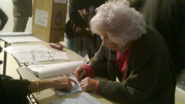 Berta Ritvo, votando en barrio Sur cuando tenía 101