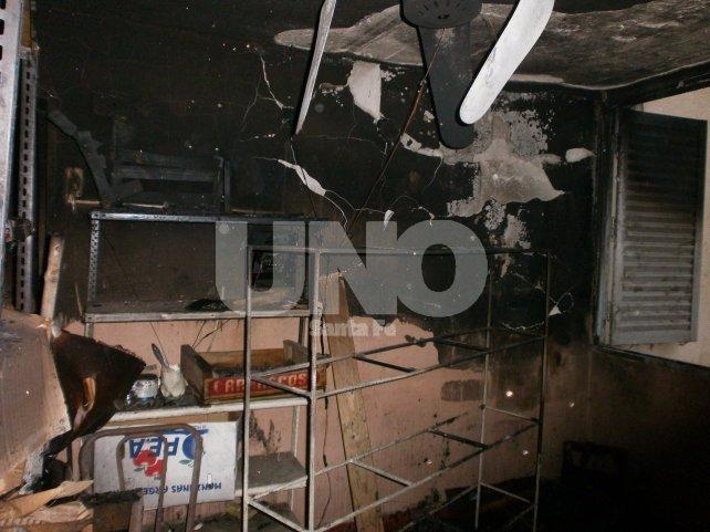 Las dotaciones del Cuerpo de Bomberos Zapadores extinguieron el foco ígneo pero no pudieron rescatar al morador de la vivienda.