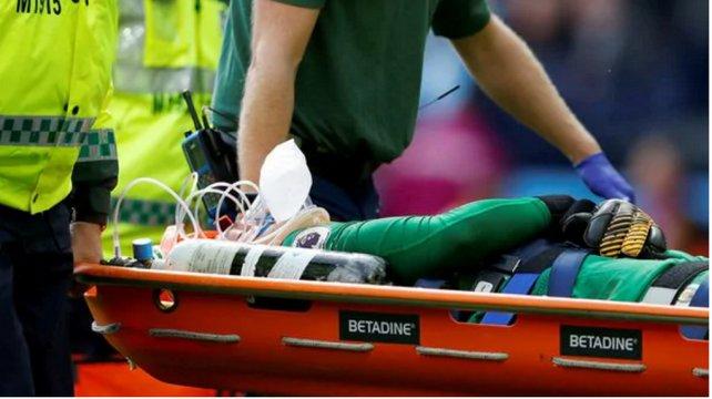Portero del Manchester City recibe una brutal patada en el rostro