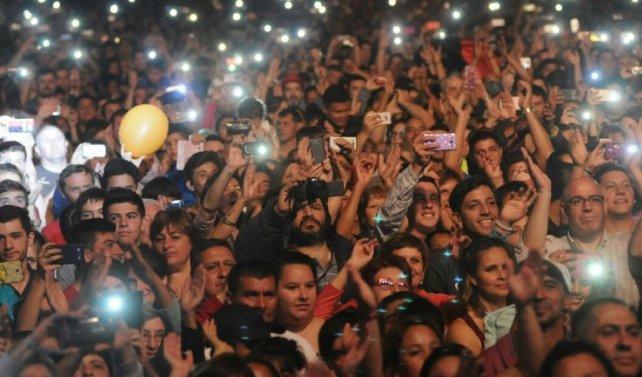 Populares. Más de 80.000 almas se dieron cita en la Costanera para disfrutar de show.