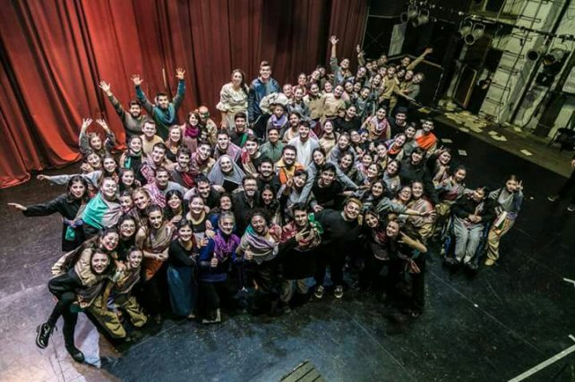 <b>En el Teatro.</b> Participaron con otros grupo de la Ópera de El Arcón de Sancho Panza.