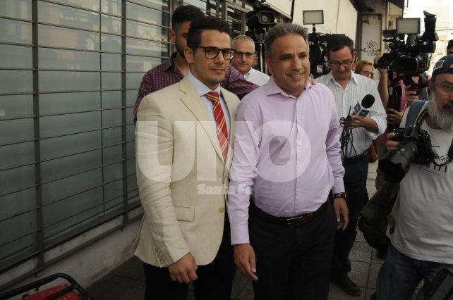 <b>Se presentó</b>. El Comisario Adrián Rodríguez (camisa rosa) junto con su abogado particular, Ramiro Díaz Duarte.
