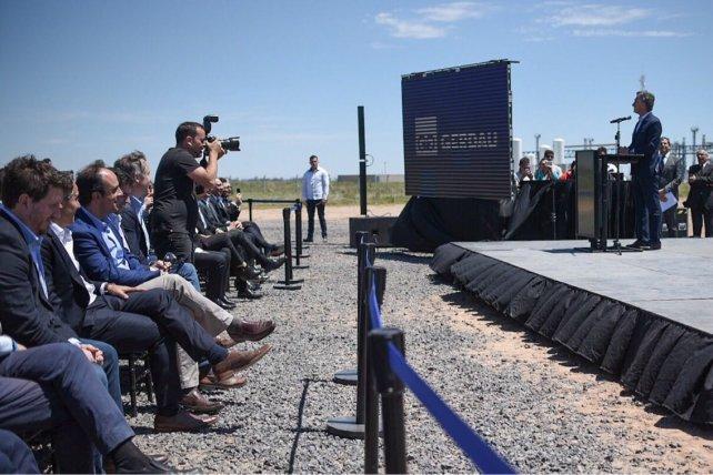 El presidente, en el escenario montado en el lugar del acto. En primera fila, el intendente José Corral y el diputado provincial Federico Angelini.
