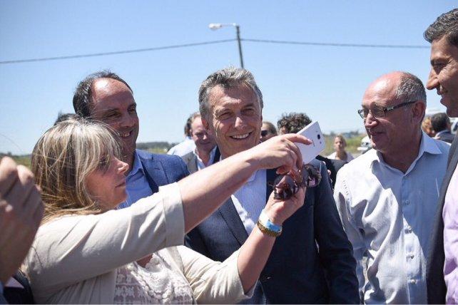 <b>Selfie.</b> Macri con dos de los referentes clave de Cambiemos en la provincia: el intendente de Santa Fe José Corral y el diputado electo Niky Cantard.